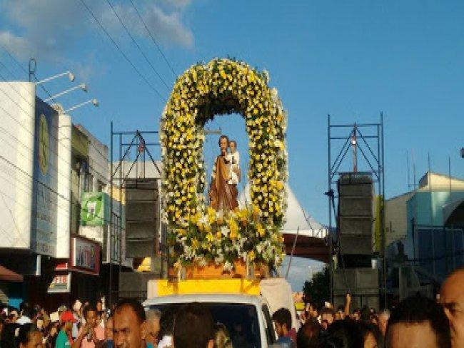 Procissão de São José leva fiéis às ruas no centro de Surubim.