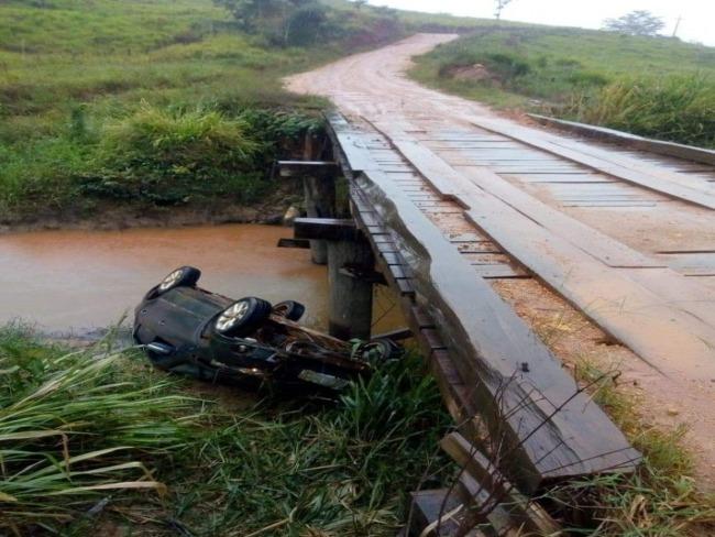 Carro cai em ponte na zona rural de Ourilândia do Norte