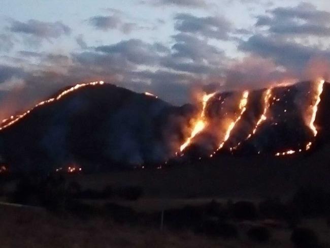 Incêndio destrói cerca de 30 hectares de vegetação na Serra da Babilônia, em Delfinópolis, MG