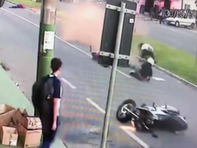 Estudante é atropelado por dois motociclistas após descer de ônibus em Anápolis;